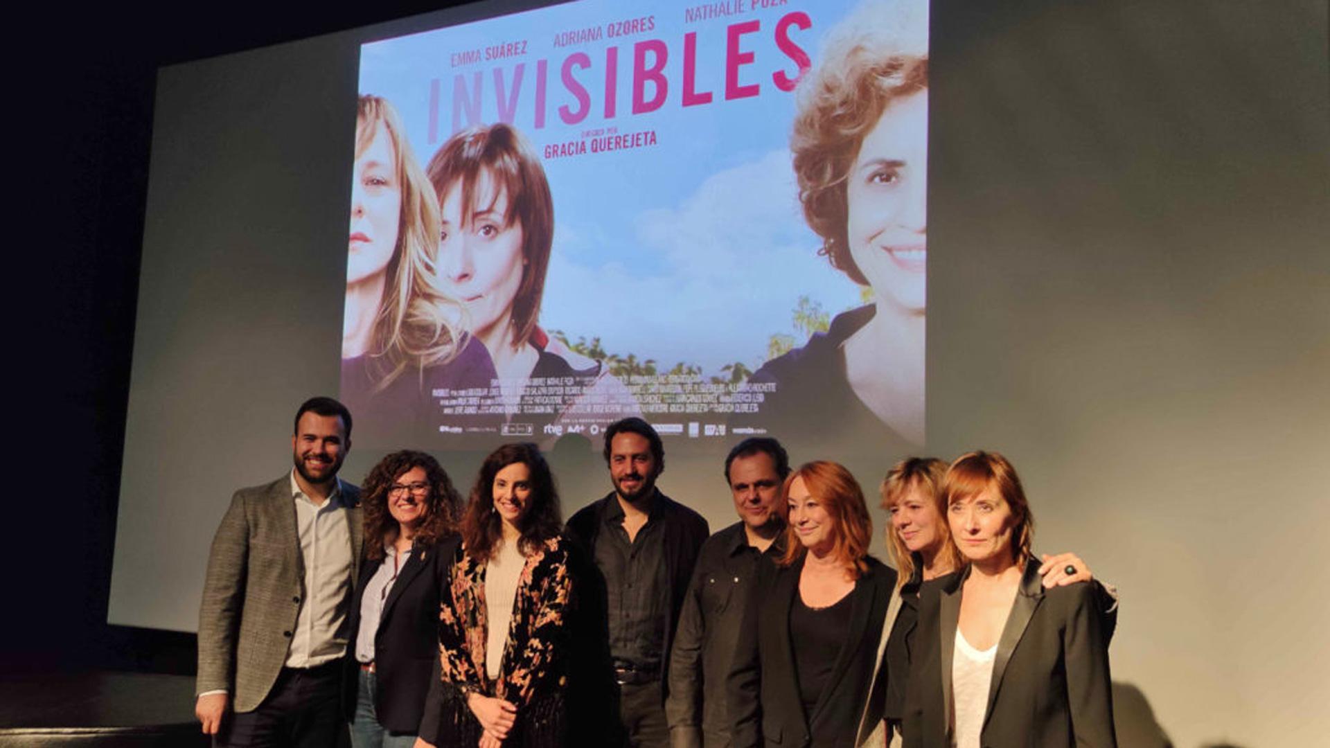 """La sede cacereña de la Filmoteca de Extremadura acoge el reestreno de """"Invisibles"""" con el equipo de la película"""