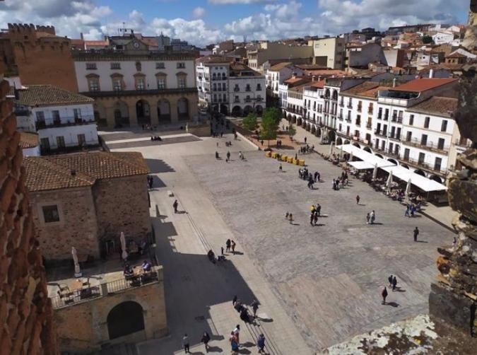 El rodaje de la película 'Un viaje extraordinario' del Grupo de Ciudades Patrimonio llega a Cáceres