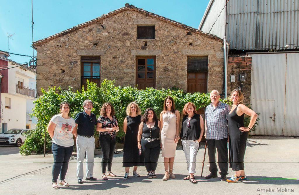 La consejera de Cultura visita el rodaje de la película 'Cerdita' en Villanueva de la Vera
